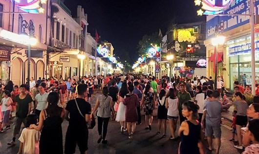 Tối 2/9, hàng ngàn người dân đổ về khu vực phố đi bộ như trẩy hội.