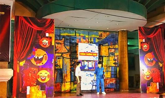 Một tiểu phẩm được những diễn viên trẻ thuộc Nhà hát kịch Hà Nội trình diễn trước cửa Rạp công nhân thu hút khá nhiều người theo dõi.