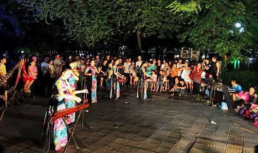 Những nghệ sĩ biểu diễn bản hòa tấu nhạc cụ dân tộc.
