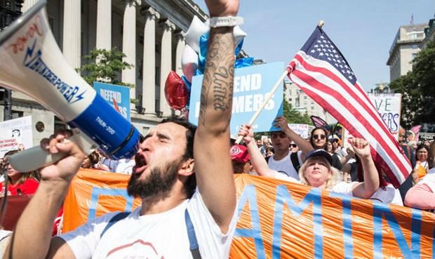 Nhiều người đã biểu tình phản đối quyết định của chính quyền Mỹ. Ảnh: NYT