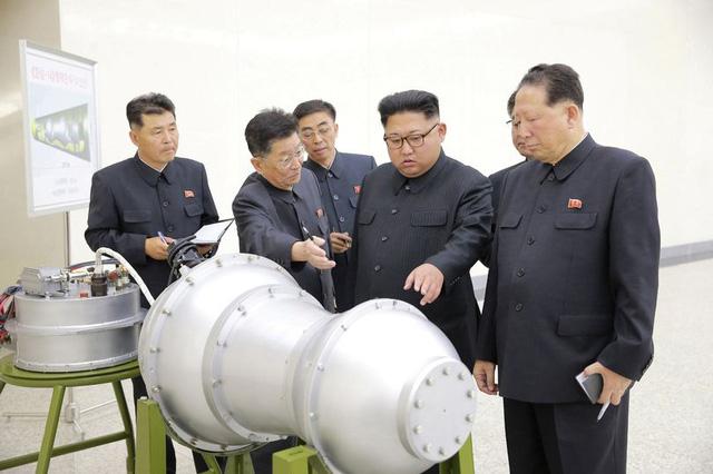 Nhà lãnh đạo Triều Tiên Kim Jong-un thị sát trước thời điểm Bình Nhưỡng tuyên bố thử thành công bom nhiệt hạch. (Ảnh: Reuters)