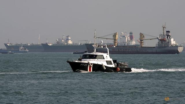 Tàu tuần duyên của Singapre tuần tra khu vực ngoài khơi. (Ảnh: Reuters)