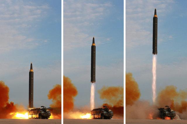 Vụ phóng tên lửa Hwasong-12 của Triều Tiên (Ảnh: Express)