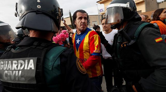 Các cuộc đụng độ giữa người bỏ phiếu với cảnh sát xảy ra khi cảnh sát tìm cách dẹp bỏ các điểm trưng cầu. (Ảnh: Reuters)