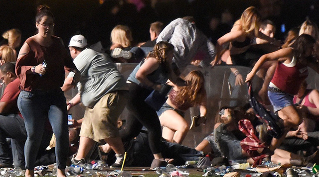 Mọi người tại lễ hội âm nhạc bỏ chạy hoảng loạn. (Ảnh: AFP)