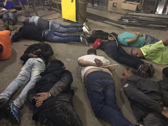 Những tên trộm bị trói nằm trên mặt đất (Ảnh: Deic Press)