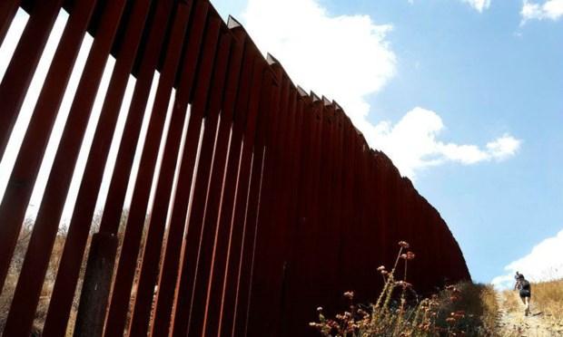 Bức tường biên giới giữa Tecate, Mexico và Tecate, Mỹ.