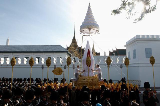 Người sẽ châm lửa bắt đầu lễ hỏa thiêu thi hài Quốc vương Thái Lan Bhumibol Adulyadej là vua Maha Vajiralongkorn, con trai và là người thừa kế ngai vàng của cố vương.