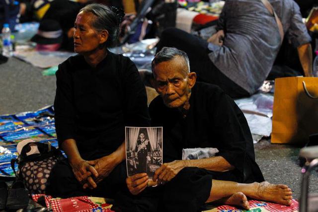 """Sự ra đi của Quốc vương Bhumibol Adulyadej đã để lại niềm tiếc thương vô hạn trong lòng người dân Thái Lan vì từ lâu họ đã coi ông là """"người cha thứ hai"""" trong gia đình, là biểu tượng cho sự đoàn kết của cả dân tộc và là tượng đài cho sự ổn định của đất nước."""
