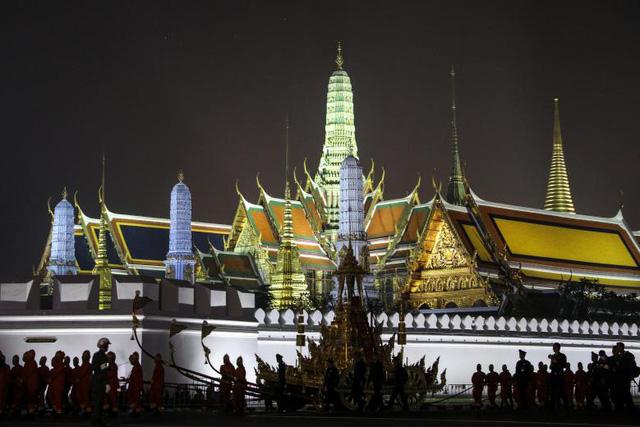 Di hài Quốc vương Bhumibol Adulyadej sẽ được đặt trên xe ngựa đặc biệt bằng vàng để di chuyển từ Đại cung điện tới Đài hóa thân hoàng gia. Chiếc xe ngựa này sẽ do các quan chức quân đội Thái Lan mặc trang phục truyền thống kéo.