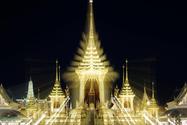 Đài hóa thân hoàng gia nằm ở quảng trường Sanam Luang ngay cạnh cung điện và được xây dựng trong gần một năm với sự chuẩn bị kỹ lưỡng của nhiều nghệ nhân và thợ thủ công Thái Lan. Tòa tháp chính tại Đài hóa thân cao 50 m và có hàng trăm tác phẩm điêu khắc được đặt tại các tháp nhỏ trong khuôn viên của đài hóa thân.
