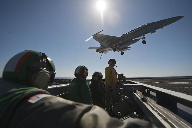 Trên boong tàu sân bay Mỹ (Ảnh minh họa: Military)