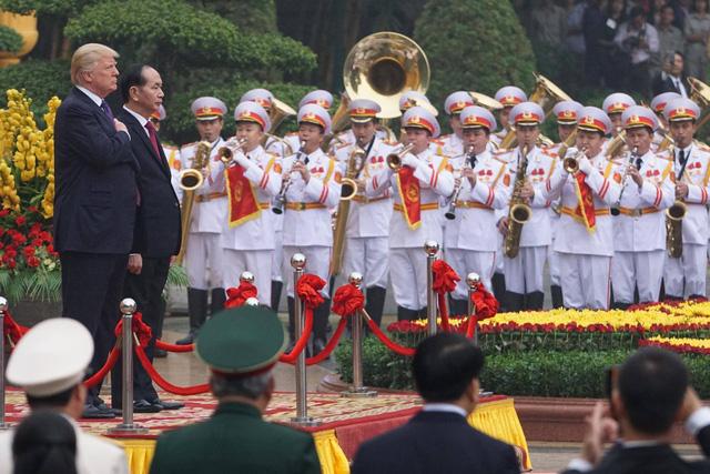 Chủ tịch nước Trần Đại Quang, Tổng thống Donald Trump làm chào cờ trước Phủ Chủ tịch.