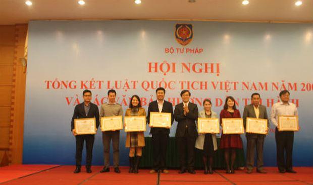 Thứ trưởng Nguyễn Khánh Ngọc tặng Bằng khen cho 8 tập thể tại Hội nghị Tổng kết Luật Quốc tịch Việt Nam