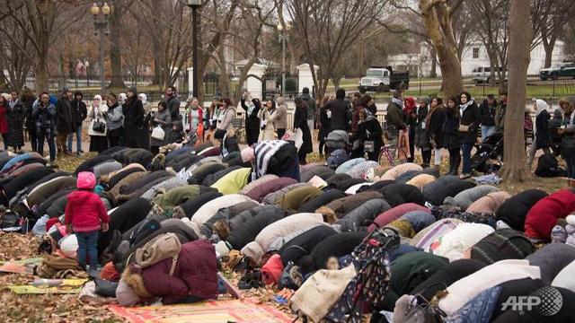 Theo Reuters, hưởng ứng lời kêu gọi của các tổ chức Hồi giáo Mỹ, hàng trăm tín đồ Hồi giáo ngày 8/12 đã trải thảm để thực hiện nghi lễ cầu nguyện Ngày thứ Sáu tại công viên trước khuôn viên Nhà Trắng ở thủ đô Washington, Mỹ. (Ảnh: AFP)