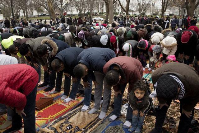 Khi cầu nguyện trước Nhà Trắng, những người Hồi giáo đã thể hiện sự giận dữ của họ về quyết định công nhận Jerusalem là thủ đô Israel của Tổng thống Donald Trump. (Ảnh: EPA)