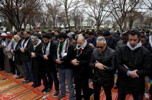Zaid al-Harashed, một người Hồi giáo biểu tình trước Nhà Trắng, nói với AFP rằng quyết định của Tổng thống Trump không mang lại hòa bình mà chỉ gây ra nhiều hỗn loạn. (Ảnh: Getty)