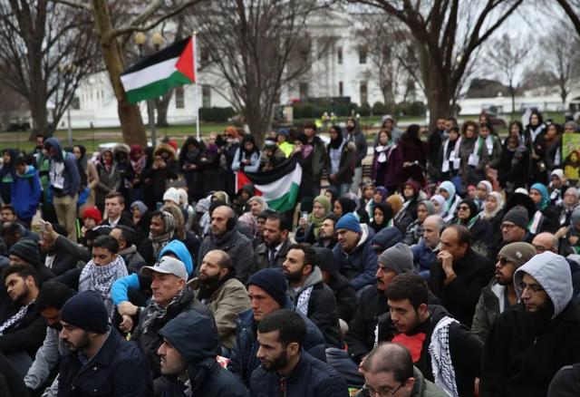 """""""Ông Trump không sở hữu mẩu đất nào ở Jerusalem và Palestine. Ông ấy chỉ sở hữu Tháp Trump. Ông ấy có thể đưa nó cho người Israel"""", Nihad Awad, giám đốc điều hành Hội đồng Quan hệ Hồi giáo - Mỹ (CAIR), nói về quyết định gây tranh cãi của nhà lãnh đạo Mỹ. (Ảnh: Getty)"""