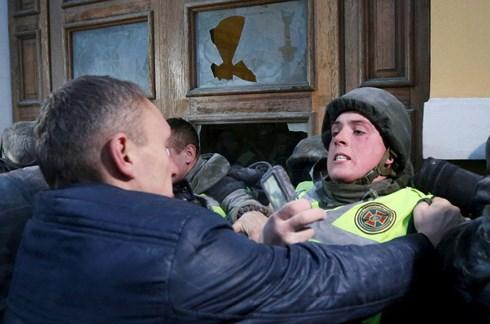 Cảnh sát Ukraine đụng độ với những người ủng hộ Cựu Tổng thống Gruzia Mikhail Saakashvili. Ảnh: Reuters.
