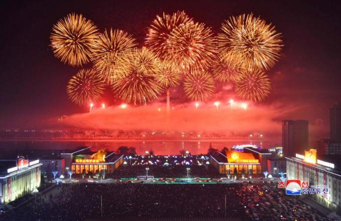 Pháo hoa ngập tràn chòa đón năm mới tại Triều Tiên.