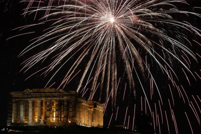 Ngôi đền cổ đại Parthenon trên đồi Acropolis ở Athen (Hi Lạp) càng đẹp với pháo hoa năm mới.