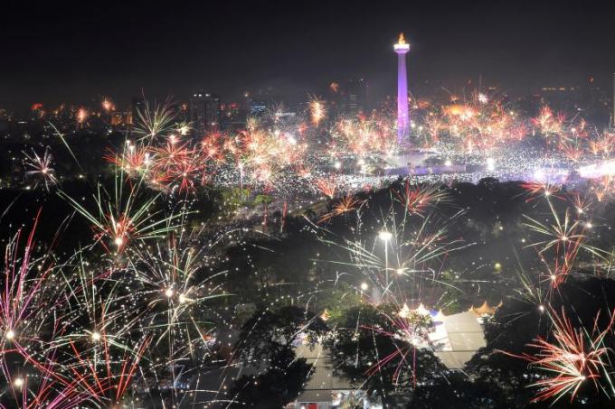 Pháo hoa rực rỡ tại khu Đài tưởng niệm Quốc gia tại thủ đô Jakarta, Indonesia đêm giao thừa để chào năm mới 2018.