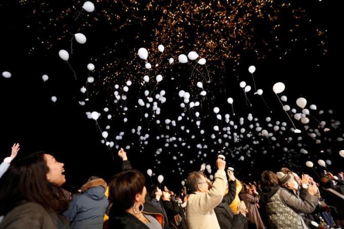 Người Nhật Bản thả bóng cầu may trong đêm giao thừa.