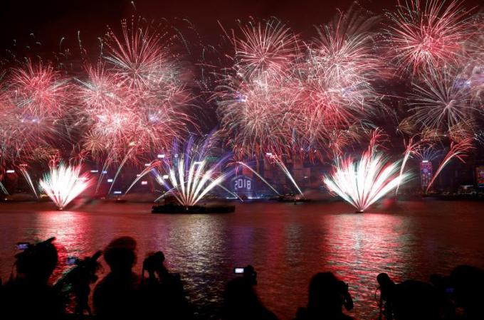 Pháo hoa chào mừng năm mới ở vịnh Victoria và Trung tâm Hội nghị Triển lãm Hồng Kông, Hồng Kông (Trung Quốc)