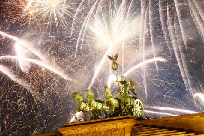 Pháo hoa rực rỡ chào đón năm mới tại cổng thành Brandenburg ở Berlin, Đức.
