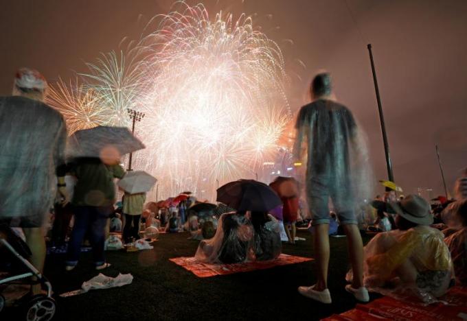 Bất chấp trời mưa, người dân Singapore vẫn hào hứng chiêm ngưỡng pháo hoa tại vịnh Marina