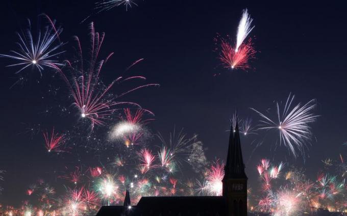 Khắp nơi trên thế giới chào đón năm mới bằng những màn bắn pháo hoa rực rỡ, đẹp mắt.