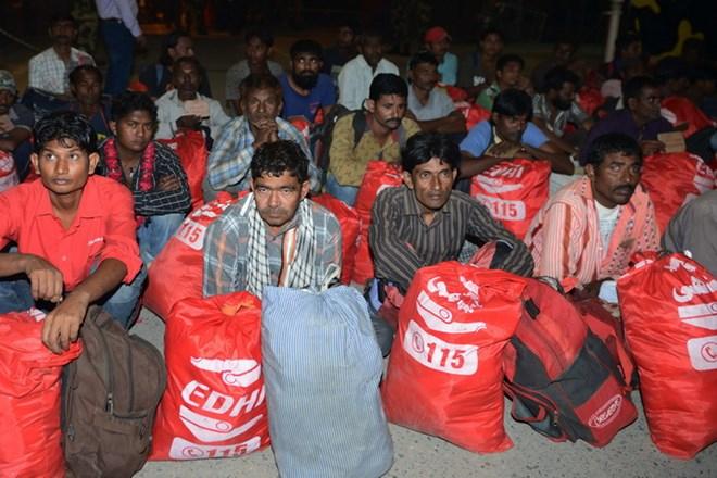 Ngư dân Ấn Độ sau khi được cơ quan chức năng Pakistan trả tự do tới nhà ga Lahore để quay về Ấn Độ năm 2017. (Nguồn: AFP/TTXVN)