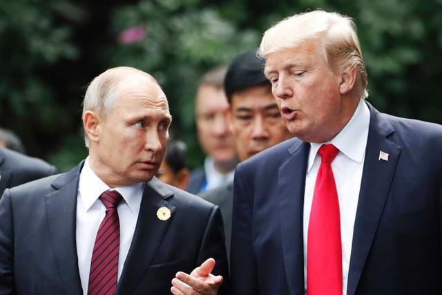 Tổng thống Putin (trái) trò chuyện với Tổng thống Trump khi dự hội nghị cấp cao APEC tại Việt Nam (Ảnh: Reuters)