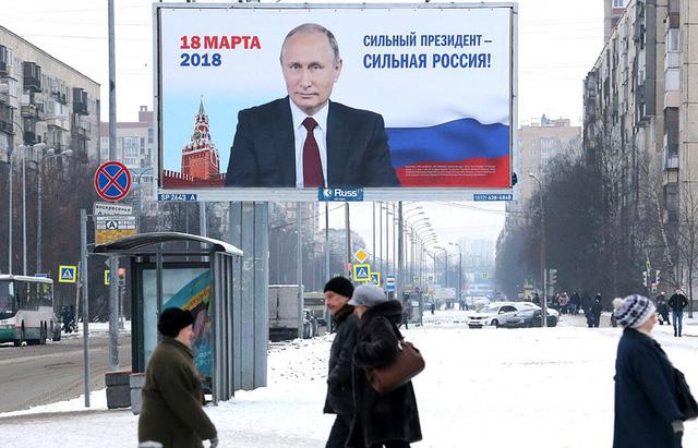 Hình ảnh tranh cử của Tổng thống Putin xuất hiện trên đường phố Nga. (Ảnh: TASS)