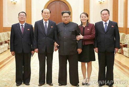 Nhà lãnh đạo Kim Jong Un nghe phái đoàn báo cáo sau khi từ Hàn Quốc trở về. Ảnh: Yonhap