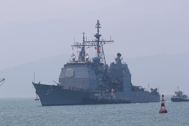 Tàu tuần dương USS Lake Champlain tiến vào cập Cảng Tiên Sa