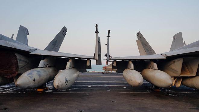 Máy bay chiến đấu trên boong tàu Vinson