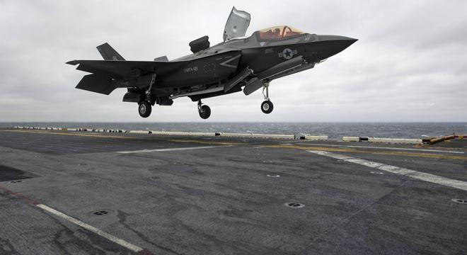 Một chiếc máy bay đang cất cánh từ tàu sân bay USS Carl Vinson (ảnh Hải quân Mỹ)