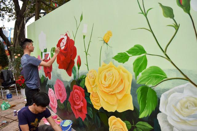 Tấm bích họa khổ lớn về các loài hoa đang được hoàn thiện trước lễ khai mạc.