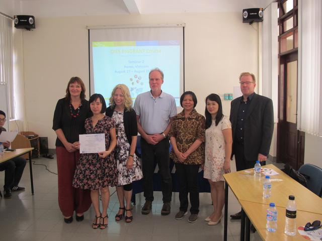 TS Chu Thị Xuân của Viện Đào tạo quốc tế về Khoa học Vật liệu (ITIMS) cùng các đồng nghiệp nước ngoài