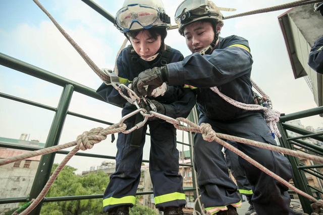 """Ở độ cao hàng chục mét so với mặt đất, chị Lan và đồng đội thường tập đu dây, leo tường … Phải là phụ nữ có tinh thần """"thép"""" mới dám đu dây từ trên cao hàng chục mét xuống đất như vậy."""