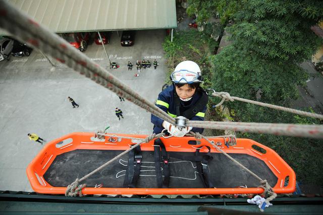 Hàng ngày đại uý Lan cùng đồng đội diễn tập đu dây đưa người bị thương qua cáng từ trên cao xuống đất.
