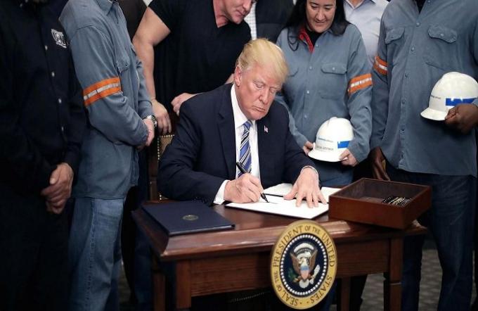 Tổng thống Trump chính thức ký biên bản tuyên bố thuế nhập khẩu nhôm, thép