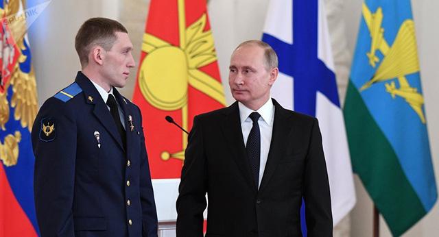 Đặc nhiệm Denis Portnyagin (trái) và Tổng thống Nga Vladimir Putin (Ảnh: Sputnik)