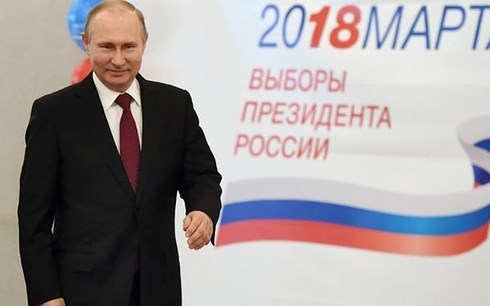 Tổng thống Nga Putin tại một điểm bỏ phiếu ở Moscow. Ảnh: AP