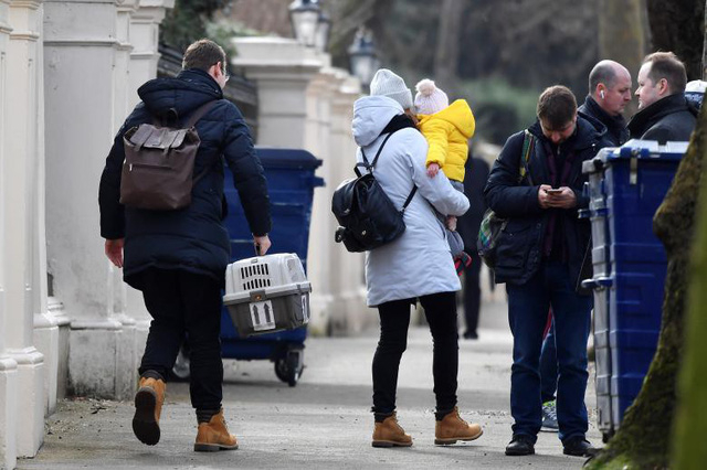 Các nhà ngoại giao Nga và người thân bị trục rời Anh hồi tuần trước. (Ảnh: Reuters)