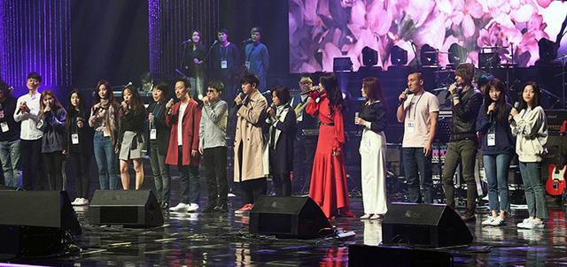 Các nghệ sĩ Hàn Quốc trên sân khấu. (Ảnh: Korea Times)