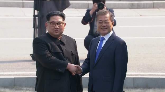 Hai nhà lãnh đạo bắt tay nhau ở đường ranh giới quân sự. (Ảnh: BBC)