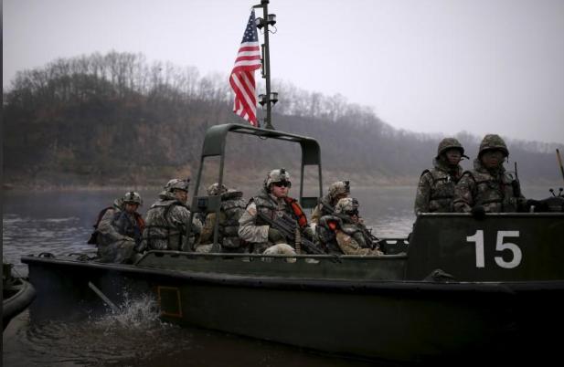 Binh sĩ Mỹ tham dự một cuộc tập trận trên sông với quân đội Hàn Quốc ngày 8/4/2016. Ảnh: Reuters)
