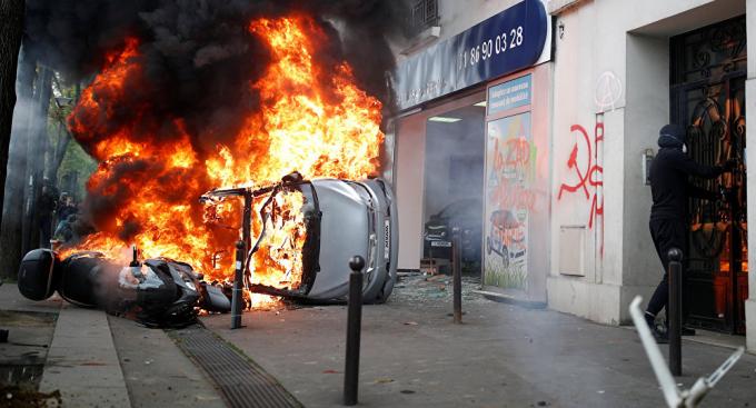 Xe ô tô bị đốt cháy trên đường.